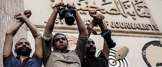 Manifestación frente al Sindicato de Periodistas para protestar por la detención de dos periodistas por parte de las fuerzas de seguridad egipcias en El Cairo, Egipto, el 3 de mayo de 2016.