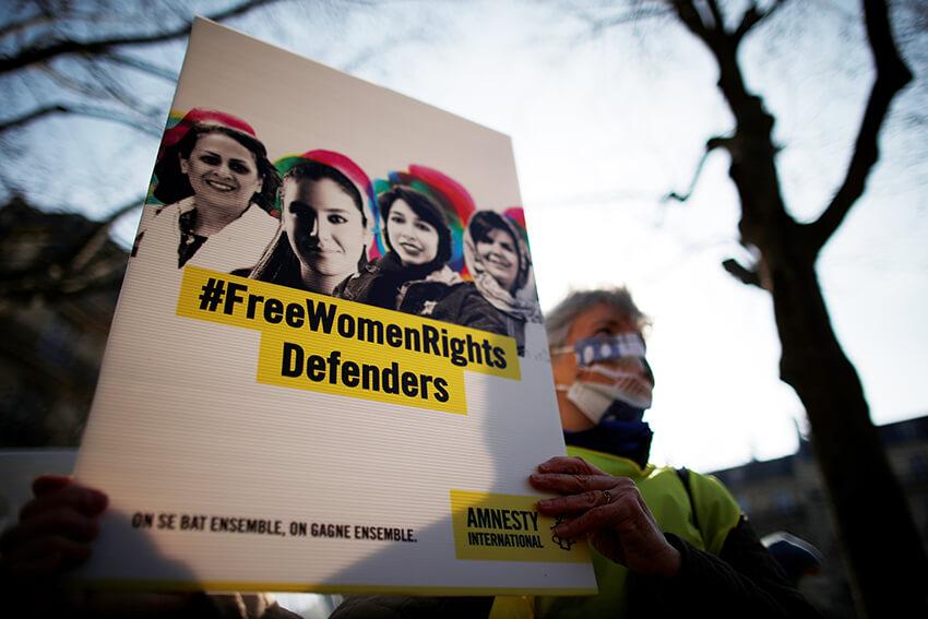 Activistas de Amnistía Internacional Francia asisten a una acción de apoyo a la defensora de los derechos de la mujer Yasaman Aryani y a los activistas de derechos humanos encarcelados en Irán en el marco del Día Internacional de la Mujer, el 8 de marzo de 2021