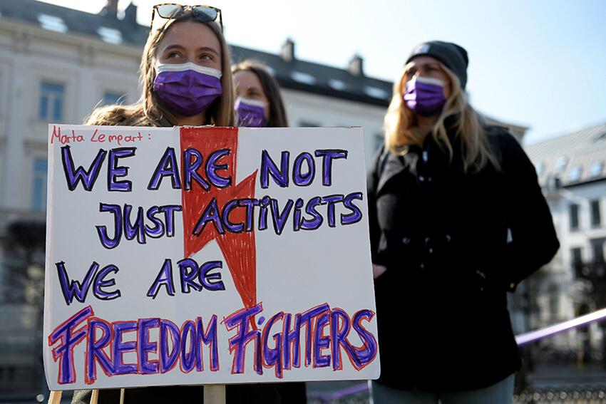 Manifestación para pedir la igualdad de género y exigir el fin de la violencia contra las mujeres con motivo del Día Internacional de la Mujer en Bruselas, Bélgica, el 8 de marzo de 2021.